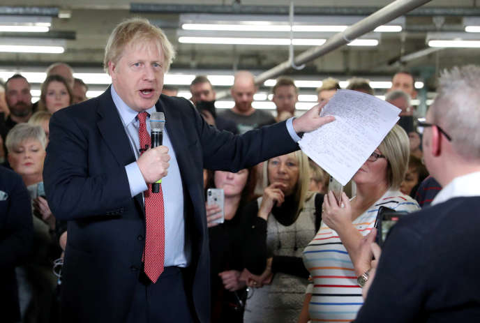 Le premier ministre britannique Boris Johnson s'exprime devant des ouvriers à Matlock, dans le centre de l'Angleterre, le 5 décembre.