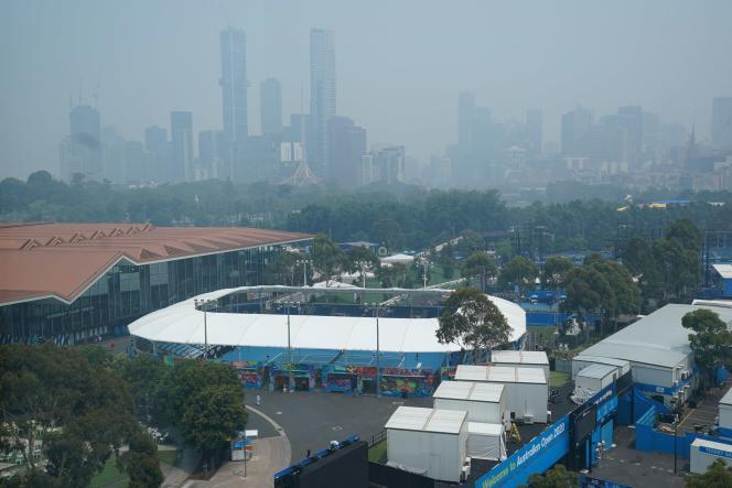 La ville de Melbourne enveloppée par la fumée des incendies, le 14 janvier, jour de l'ouverture des qualifications de l'Open d'Australie.