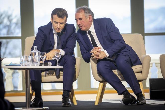 Emmanuel Macron et François Bayrou participent à la réunion de signature du contrat de transition écologique de la communauté d'agglomération de Pau, mardi 14 janvier.