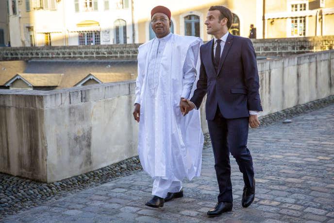 Emmanuel Macron accueille Mahamadou Issoufou, président du Niger, pour une réunion des membres du G5 Sahel au château de Pau, le 13 janvier.