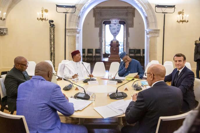Ibrahim Boubacar Keïta, président du Mali, Roch Marc Christian Kaboré, président du Burkina Faso, Mahamadou Issoufou, président du Niger, Idriss Déby, président du Tchad, Mohamed Ould El-Ghazaouani, président de la Mauritanie, et Emmanuel Macron, président de la France (de gauche à droite), à une réunion du G5 Sahel à Pau, lundi 13 janvier 2020.