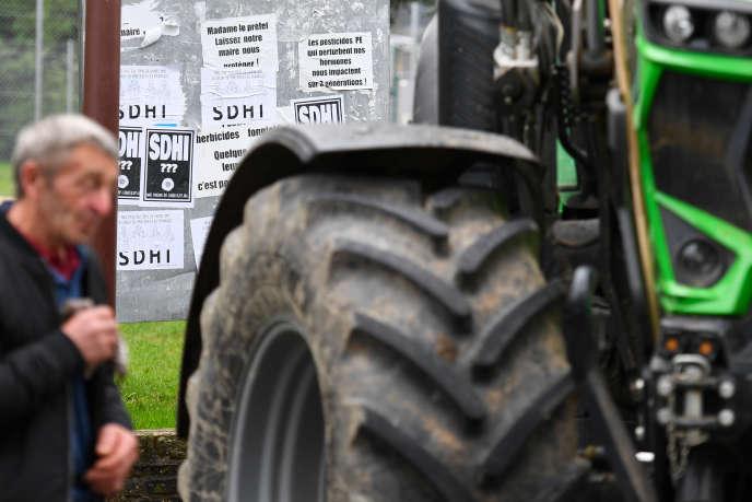 Des affiches contre les «inhibiteurs de la succinate déshydrogénase» (SDHI) sont collés sur un panneau, à Langouet, Ille-et-Vilaine, le 14 octobre 2019.