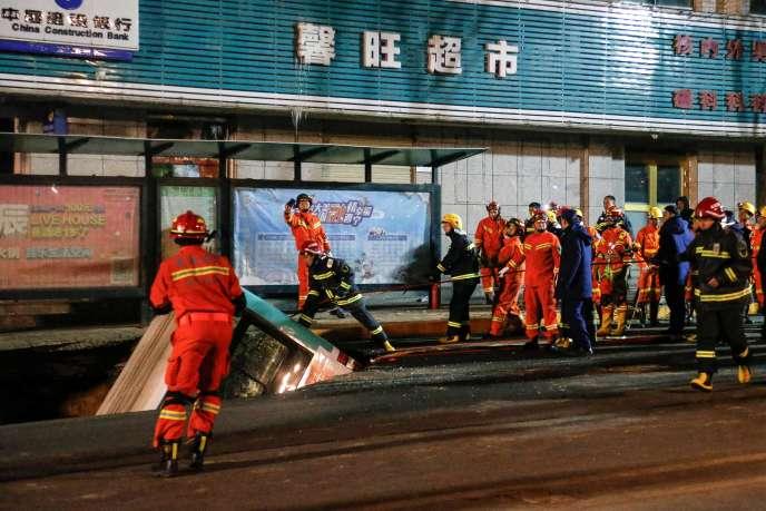 Un autocar a plongé dans une faille subite d'unerue de Xining, en Chine, le 13 janvier.