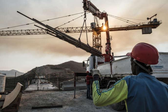 Sur le chantier du grand barrage de la Renaissance (GERD), construit en Ethiopie, où coule l'un des deux affluents du fleuve mythique, le Nil bleu. Le GERD doit être mis en eaux à partir de juin 2020.