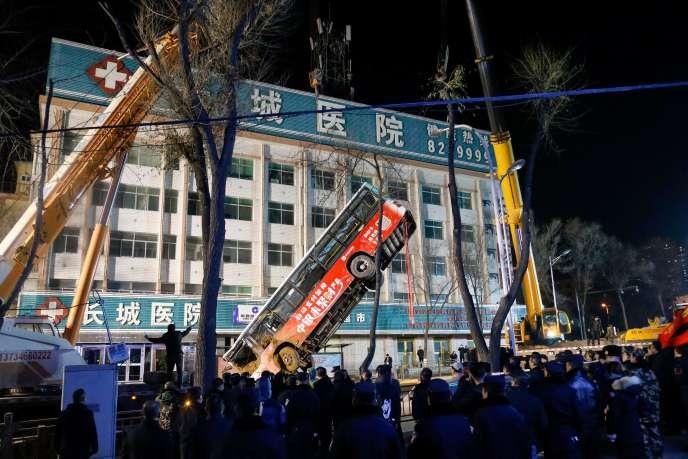 Les opérations de secours ont extrait l'autobus du trou.