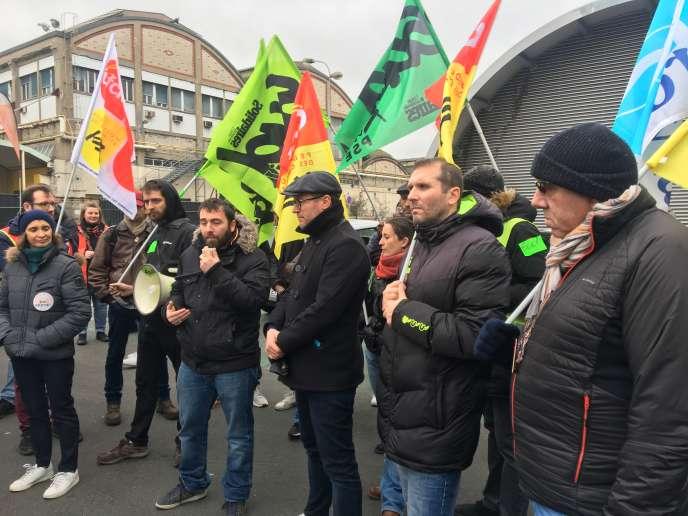 Assemblée de cheminots en grève, devant la gare de Lyon à Paris, le 13 janvier.