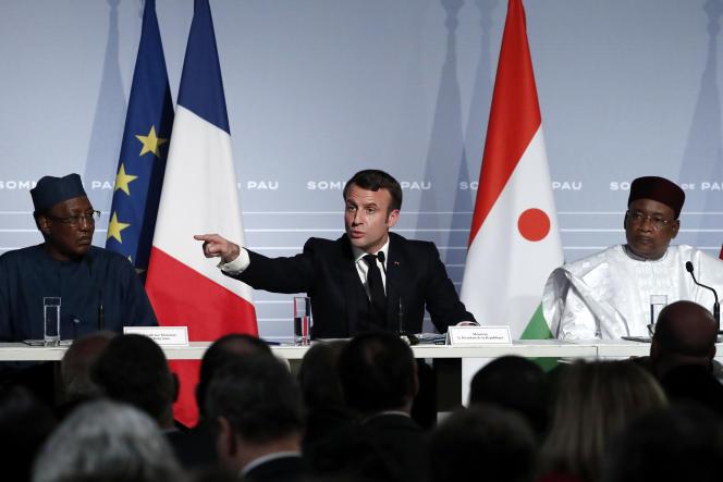 Le président français Emmanuel Macron avec deux de ses homologues sahéliens, le Tchadien Idriis Déby et le Nigérien Mahamadou Issoufou, réunis à Pau, le 13 janvier 2020.