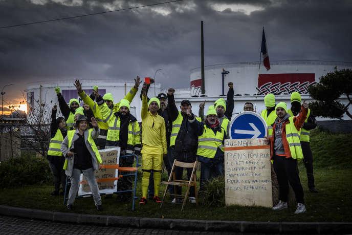Des manifestants devant la raffinerie de Feyzin, près de Lyon, le 18 décembre 2018.
