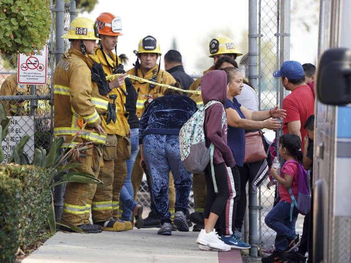 Les secours ont traité sur place les personnes affectées par le largage de carburant d'un avion au dessus d'une école, près de Los Angeles aux Etats-Unis, le 14 janvier.Aucune personne n'a été évacuée vers l'hôpital.