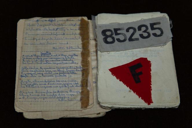 Carnet confectionné par Jacques Bloch avec son numéro de prisonnier et son triangle rouge du camp de Buchenwald. Paris, décembre 2019.