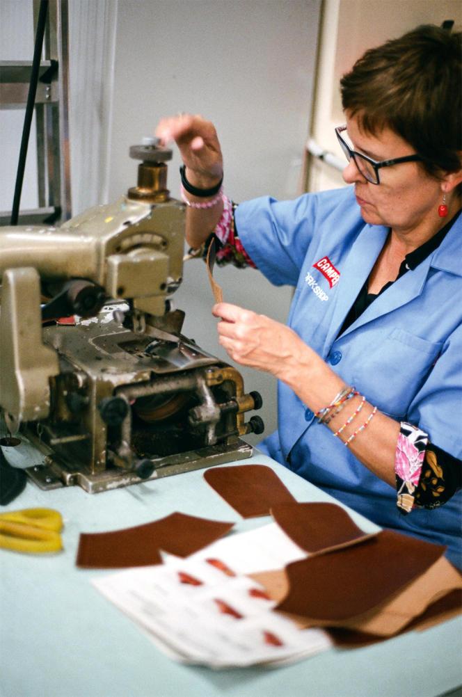 Dans l'atelierde Camper,une ouvrière travaille surun prototype.