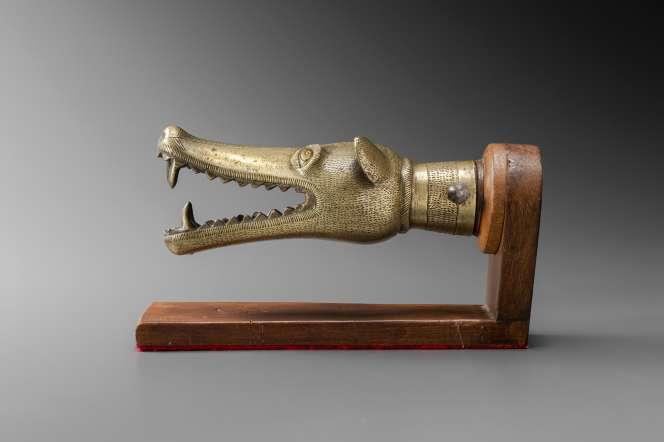 Embout d'une récade zoomorphe à l'effigie d'une tête de chien. Abomey, ancien royaume du Danhomè, Bénin.