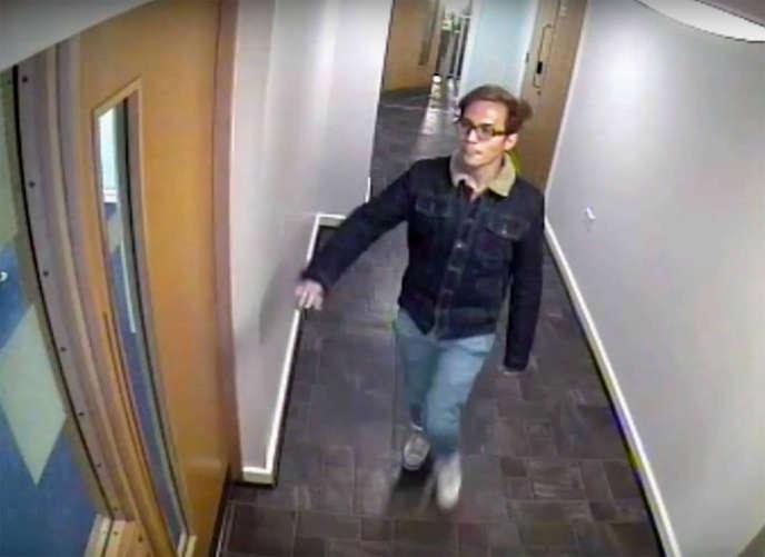Image de vidéosurveillance de Reynhard Sinaga quittant son appartement, à Manchester.
