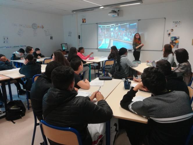 Intervention de deux journalistes dans une classe du collège Henri-Barbusse, à Vaulx-en-Velin, près de Lyon, en janvier.