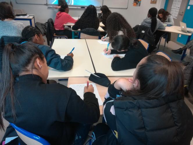 Des élèves d'une classe du collège Henri-Barbusse, à Vaulx-en-Velin (Rhône).