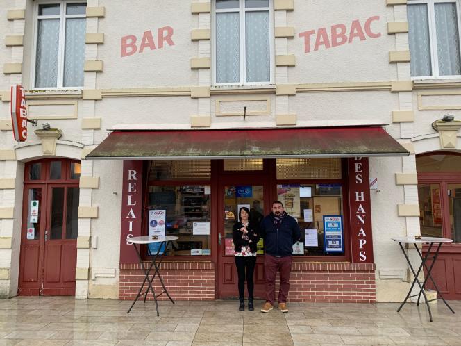 Smidie Jouanne et son associée Laetitia Hobon devant leur bar-restaurant a Vingt-Hanaps (Orne).