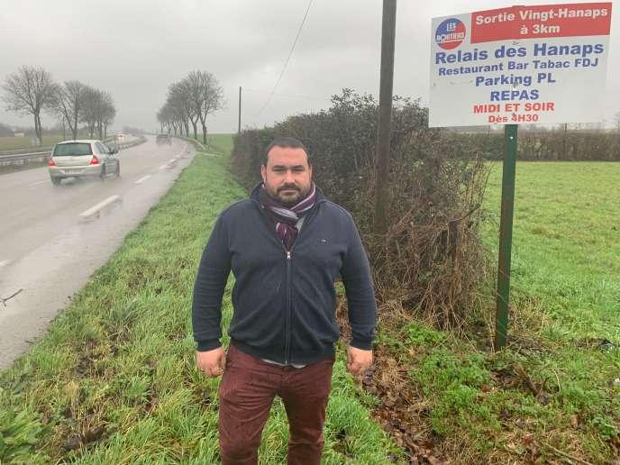 Smidie Jouanne, patron du Relais des Hanaps (Orne), devant les panneaux que la préfecture lui demande de retirer.