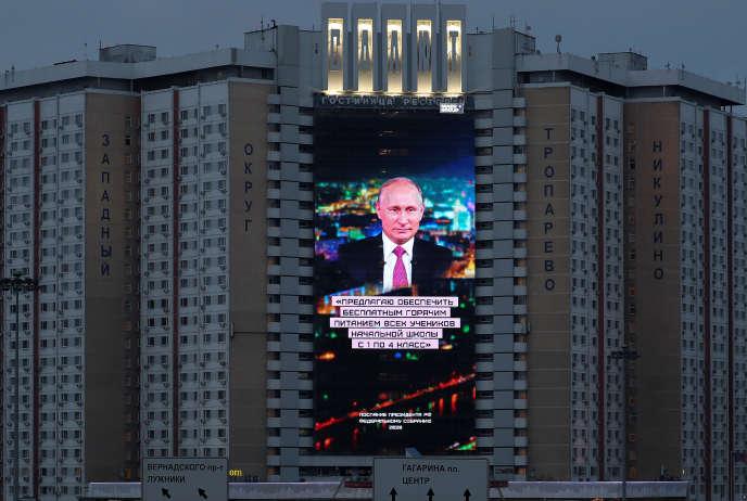 Ecran installé sur la façade d'un hôtel retransmettantle discours annuel de Vladimir Poutine devant le Parlement,à Moscou, mercredi 15 janvier.