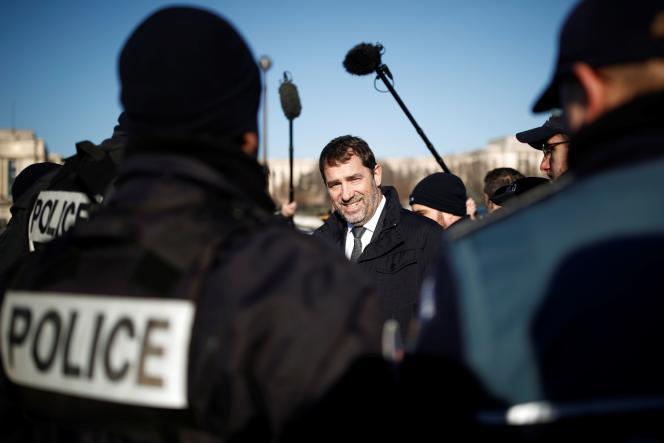 Christophe Castaner entouré de policiers, près de la tour Eiffel à Paris, le 30 décembre.