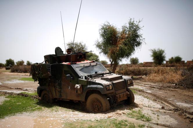 Un véhicule de l'opération antiterroriste française « Barkhane» en patrouille dans la région du Gourma, au Mali, en juillet 2019.