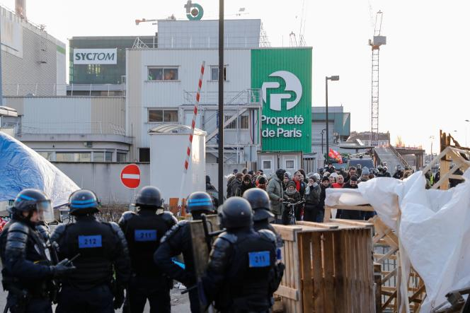 Les forces de l'ordre sont intervenues mercredi 15janvier au matin pour déloger les manifestants bloquant le centre de déchets d'Ivry-sur-Seine.