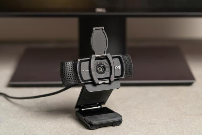 La C920S peut se placer sur le haut de l'écran ou à côté, sur votre bureau.