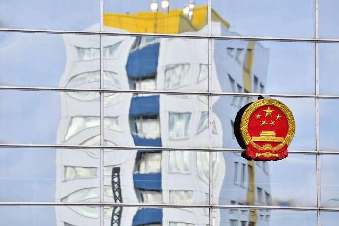 Reflet sur la façade de l'ambassade de Chine à Berlin, le 15 janvier 2020.