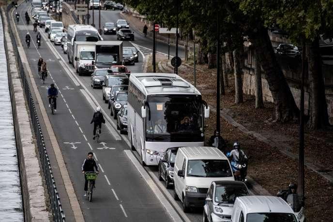 Des cyclistes doublent un embouteillage lors d'une journée de grève des salariés de la RATP contre le projet de refonte du système de retraite, le 13 septembre 2019, à Paris.