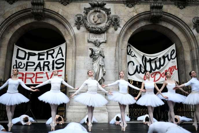 Des danseuses de l'Opéra de Paris en grève, le 24 décembre 2019.