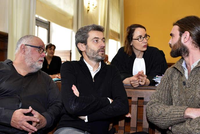 Le responsable de Greenpeace France Yannick Rousselet, son directeur général, Jean-François Julliard, l'avocate Marie Dosé et un militant de l'ONG, le 30octobre2019, au tribunal de Metz.