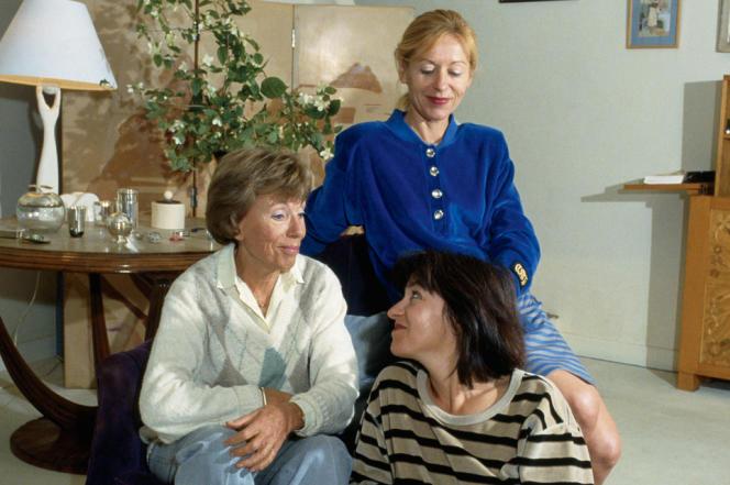 Benoîte Groultet deux de ses filles, Blandine etLison de Caunes (assise),chez elle, à Hyères, en 1988.