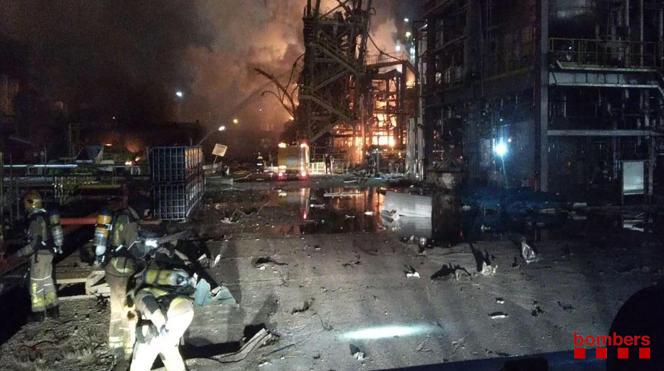 Image fournie par les pompiers catalans montrant l'incendie de l'usine chimique IQOXE à Tarragone (Espagne), le 14 janvier.