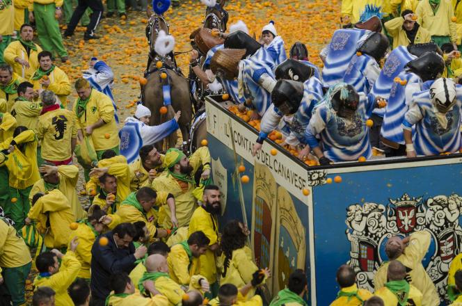 La traditionnelle bataille d'oranges du carnaval d'Ivrée, en Italie.