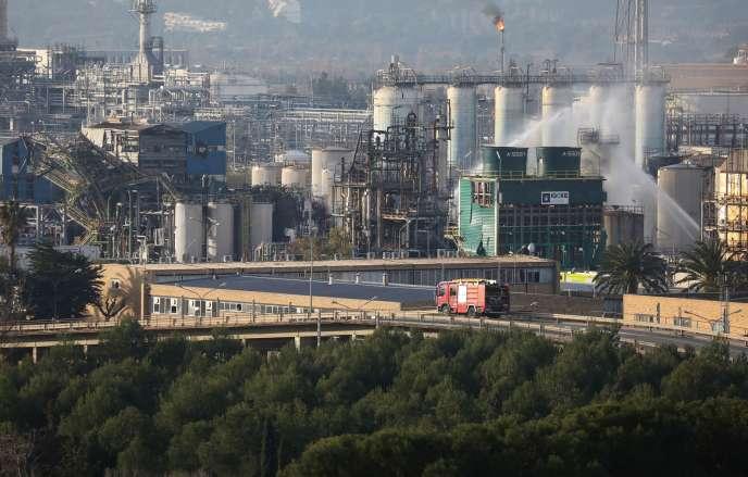 Les pompiers arrosent le site chimique après l'explosion, mardi 15 janiver à La Canonja, près de Tarragone.