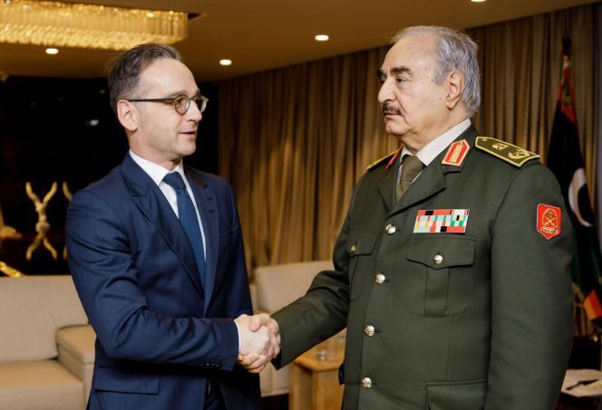 Le ministre allemand des affaires étrangères, Heiko Maas, et le maréchal Khalifa Haftar, le 16 janvier à Benghazi, en Libye.
