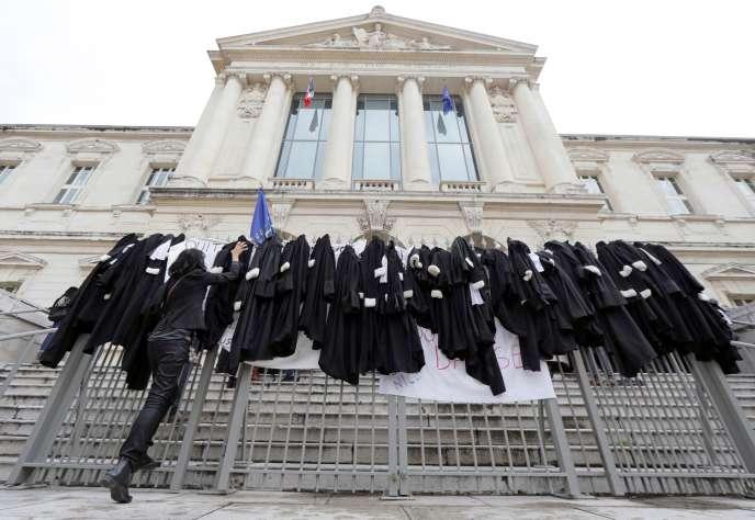 Pour protester contre la réforme des retraites, des avocatsont déposé leurs robessur les grilles du palais de justice, à Nice, le 13 janvier.