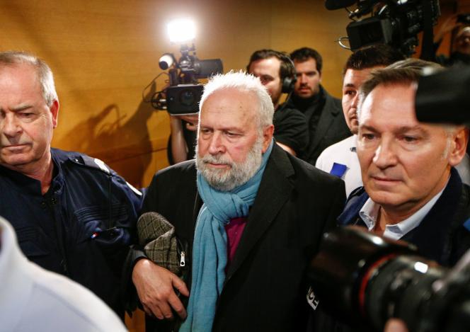 L'ancien prêtre accusé d'agression sexuelle, Bernard Preynat, quitte le palais de justice de Lyon, le 13 janvier.