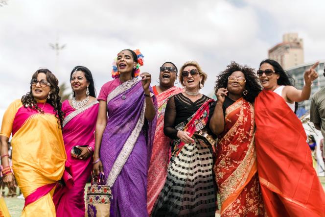 DesSud-Africaines, d'origine indienne ou non, défilent en sari tous les ans durant une après-midi dans les rues de Durban pour célébrer la culture indienne, c'est le Durban Sari Stroll.
