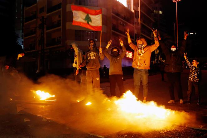 Des manifestants bloquent une route à Beyrouth, au Liban, le 16janvier.