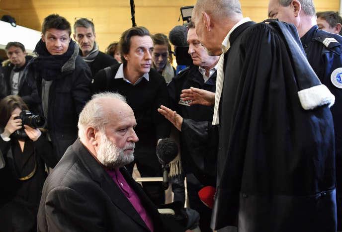 Bernard Preynat, un ancien prêtre accusé d'agressions sexuelles, attend le13janvier2020 audébut de son procès au palais de justice de Lyon, dans lesud-est de la France.
