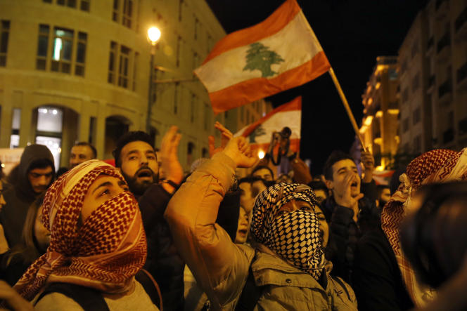 Des manifestants antigouvernementaux près du Parlement, à Beyrouth, au Liban, le16janvier.