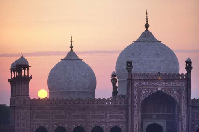 La mosquée Royale (Badshahi Masjid, XVIIe siècle), à Lahore, au Pakistan.