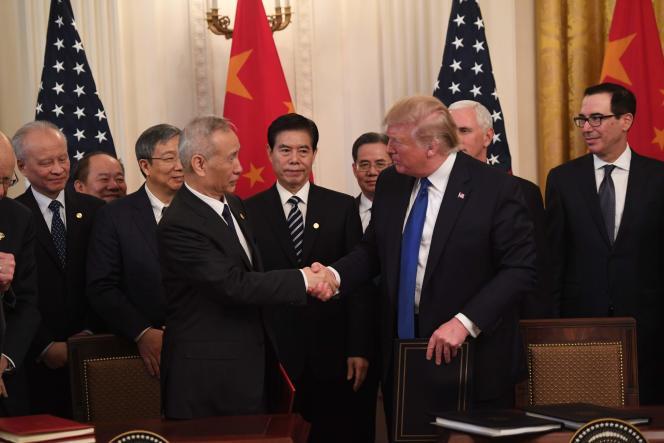 Donald Trump serre la main du vice-premier ministre chinois Liu He, après la signature de l'accord commercial, à Washington, le 15 janvier.