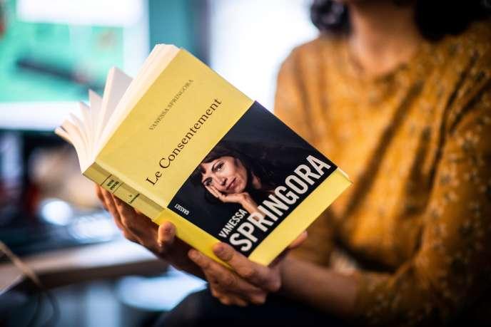 Dans un récit paru le 2 janvier, Vanessa Springora revient sur la relation traumatisante qu'elle a eue à 13ans avec l'écrivain Gabriel Matzneff, sous le regard complaisant du milieu littéraire.