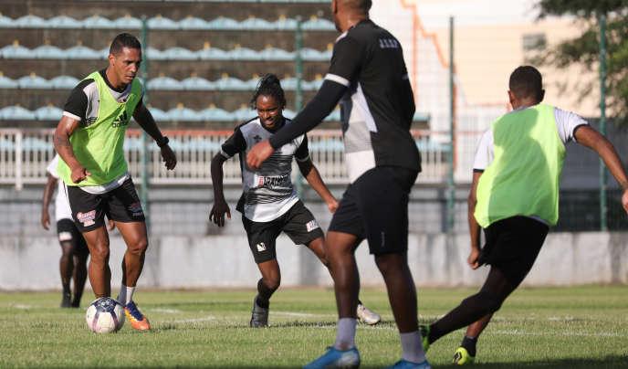 Jean-Michel Fontaine, capitaine de Jeunesse sportive saint-pierroise, balle au pied et Ryan Ponti à l'entraînement le 9 janvier.