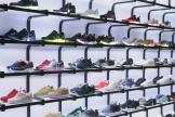 Un magasin de sport de Singapour, rayon baskets.
