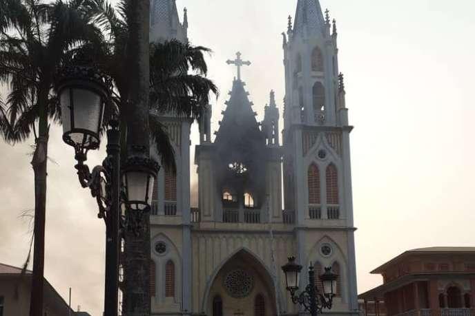 La cathédrale Sainte-Elisabeth de Malabo, capitale de Guinée équatoriale, après l'incendie qui a ravagé le toit de l'édifice, le 15 janvier 2020.