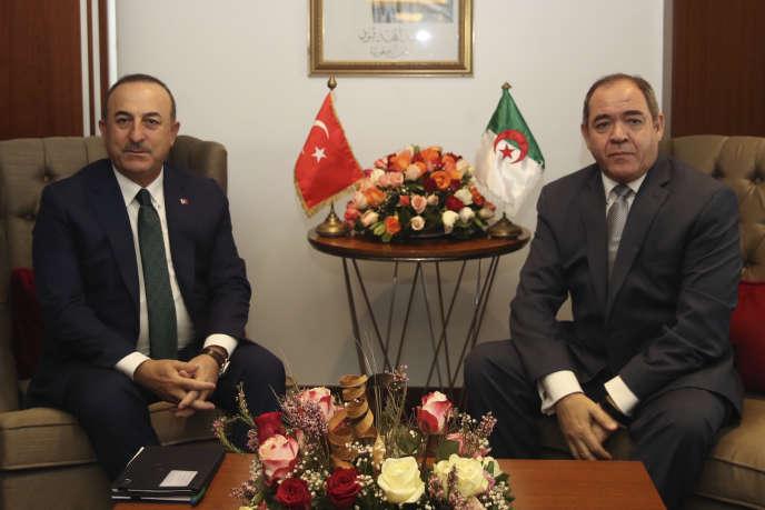 Le ministre des affaires étrangères turc, Mevlut Cavusoglu (gauche) et son homologue algérien Sabri Boukadoum, lors d'une rencontre à Alger, le 7 janvier.