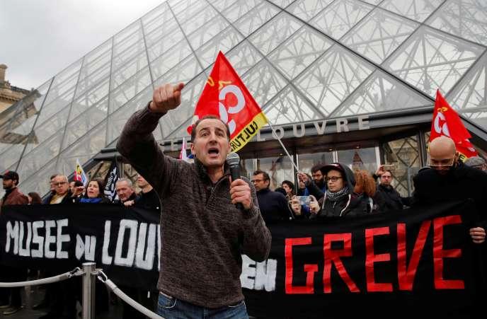 Les manifestants appelaient les touristes massés devant les barrière de sécurité àl'associer au mouvement : « Les touristes avec nous ! »