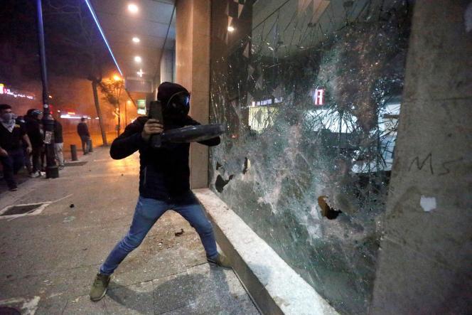 Mardi et mercredi, la capitale a été le théâtre de violences nocturnes marquées par des actes de vandalisme contre plusieurs banques et de heurts entre manifestants et forces de l'ordre.